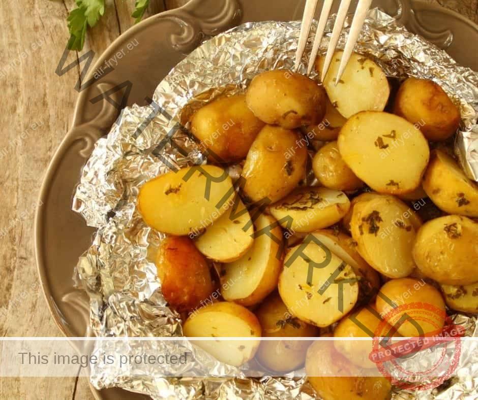 Печени картофи с лук и чесън